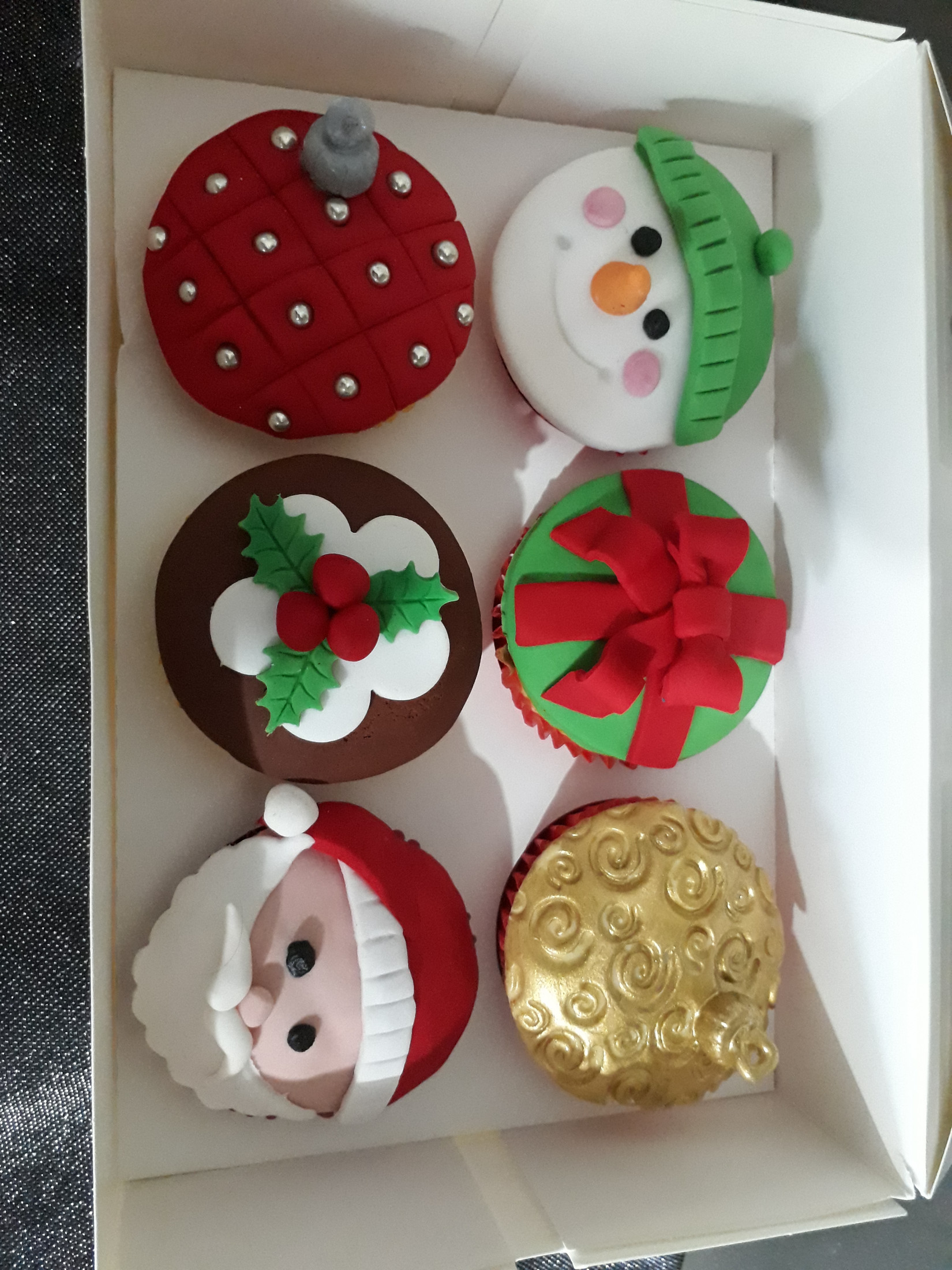Cake Decorating - Learn to Decorate Christmas Cupcakes